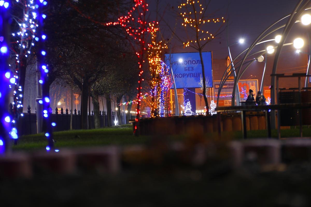 Новогодними оленями и снеговиками дополнили в Никополе аллею по проспекту Трубников , фото-12