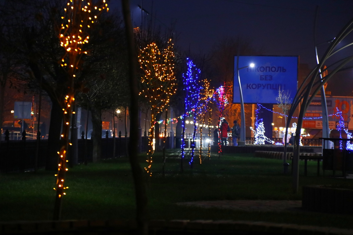 Новогодними оленями и снеговиками дополнили в Никополе аллею по проспекту Трубников , фото-6