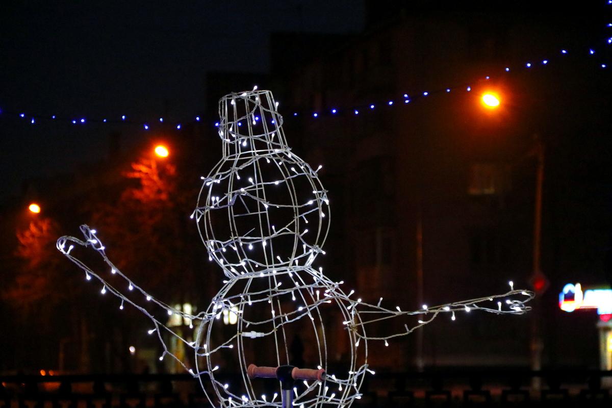 Новогодними оленями и снеговиками дополнили в Никополе аллею по проспекту Трубников , фото-9
