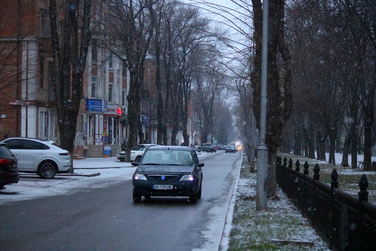 В Никополе пошел снег