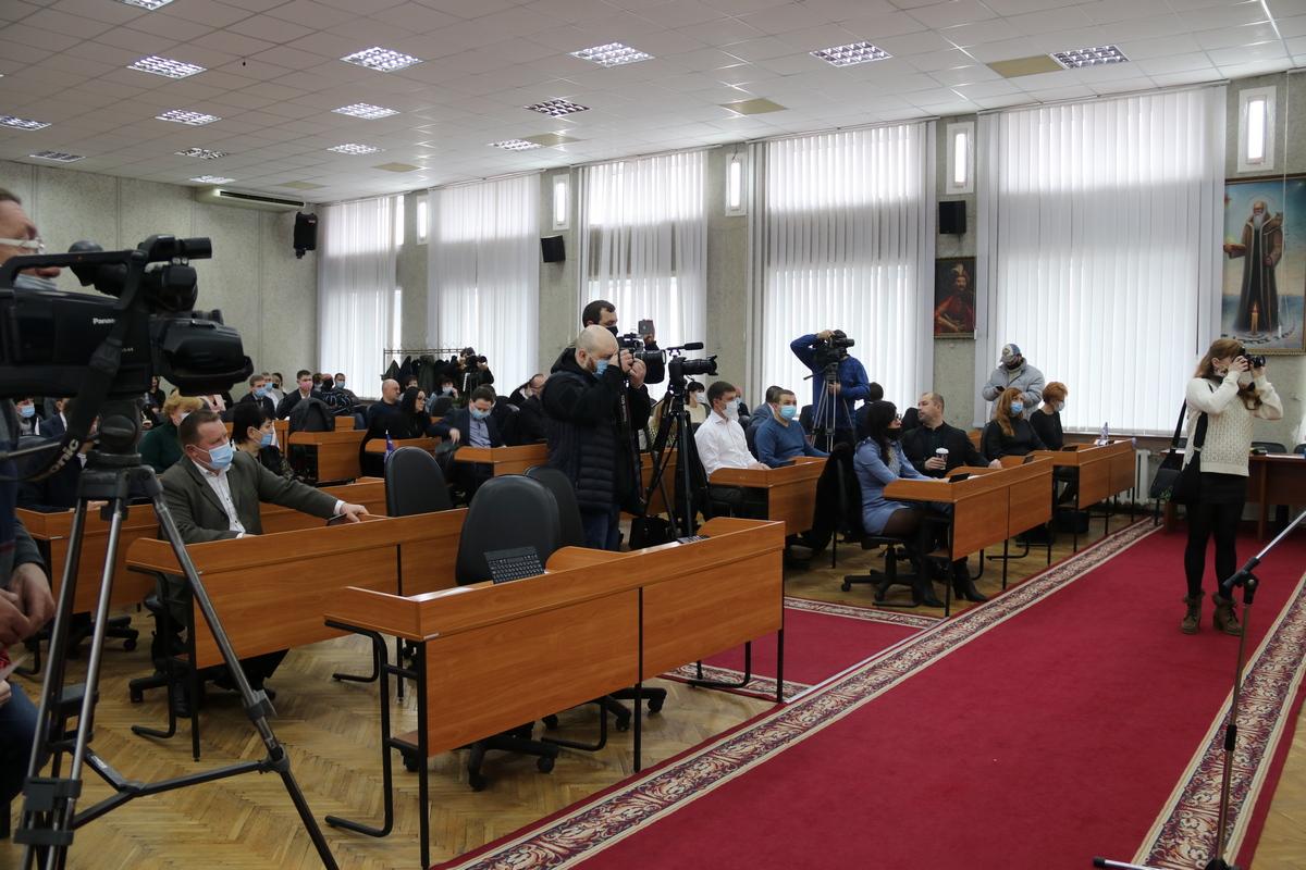 В зале сегодня полно журналистов и фотографов
