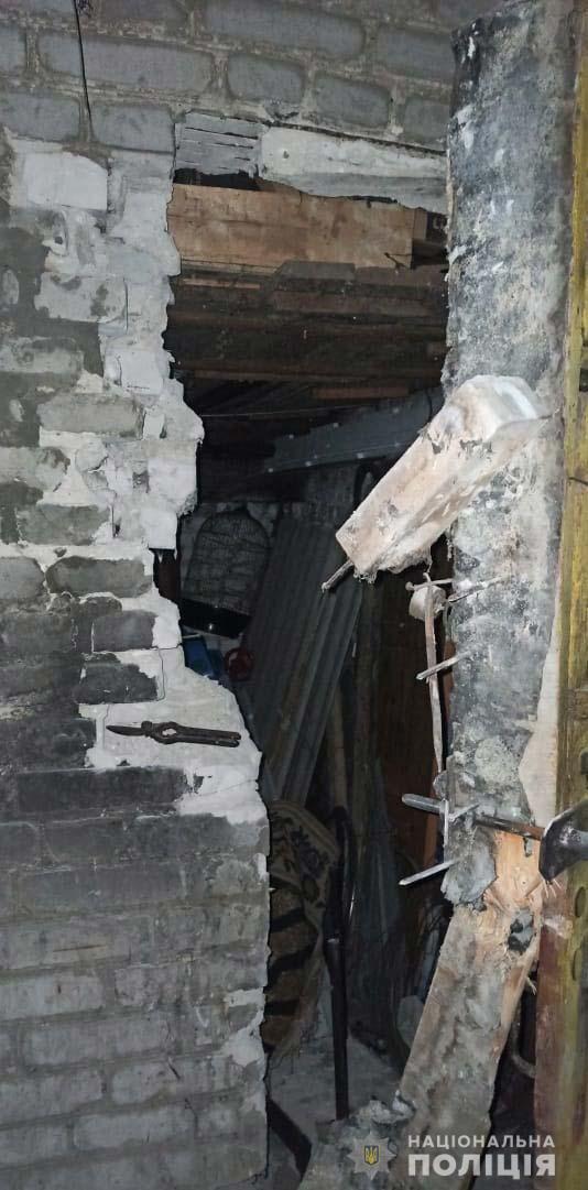 Злоумышленник разобрал кирпичную стену в сарае