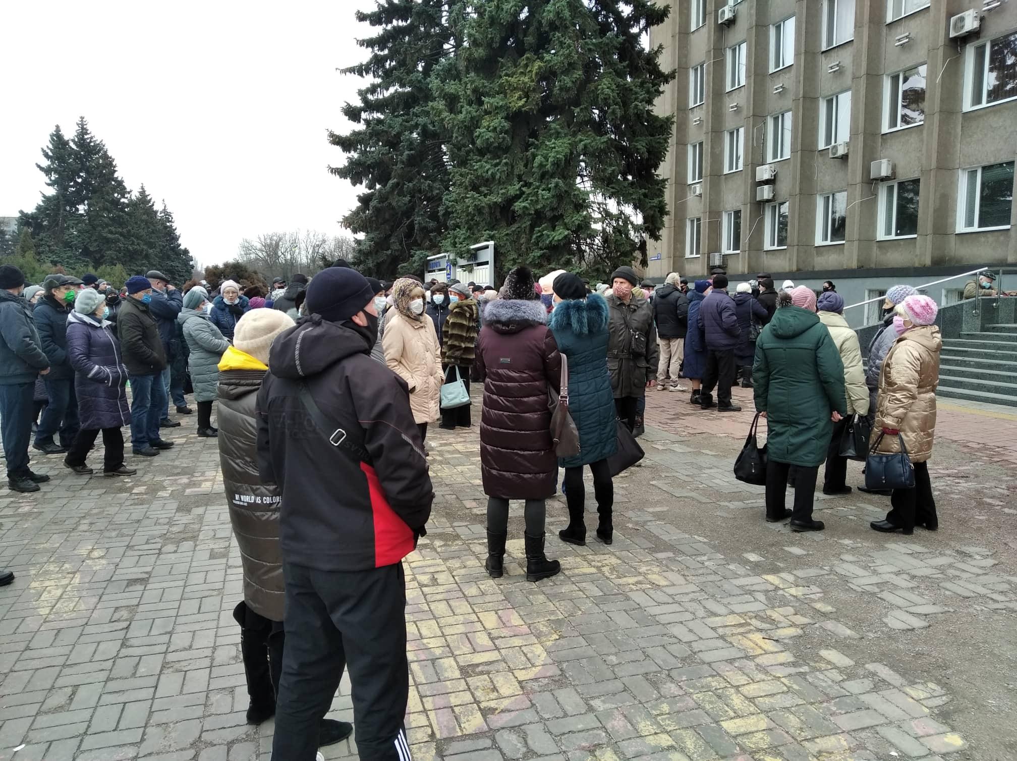 На площади собрались более сотни человек