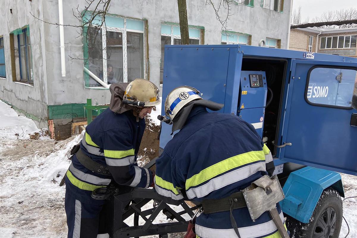 Спасатели устанавливают генератор