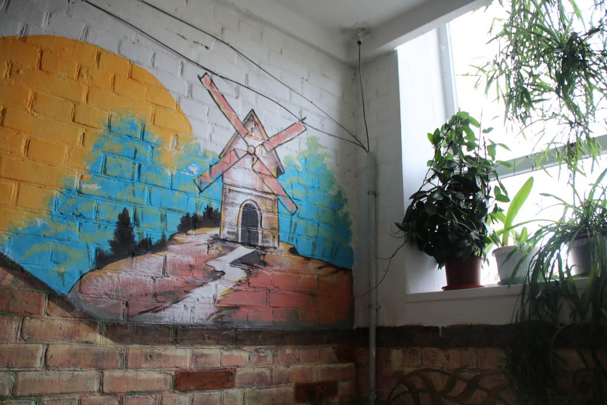 Мельница украшает стену подъезда