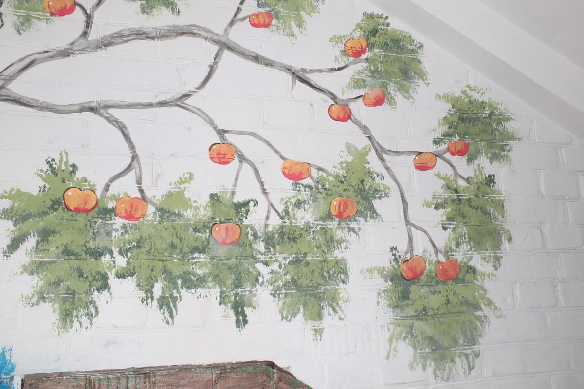 Спелые яблочки весят на веточке