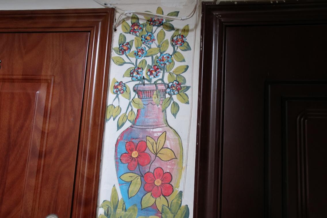 Цветы в вазонах здесь не только на подоконниках