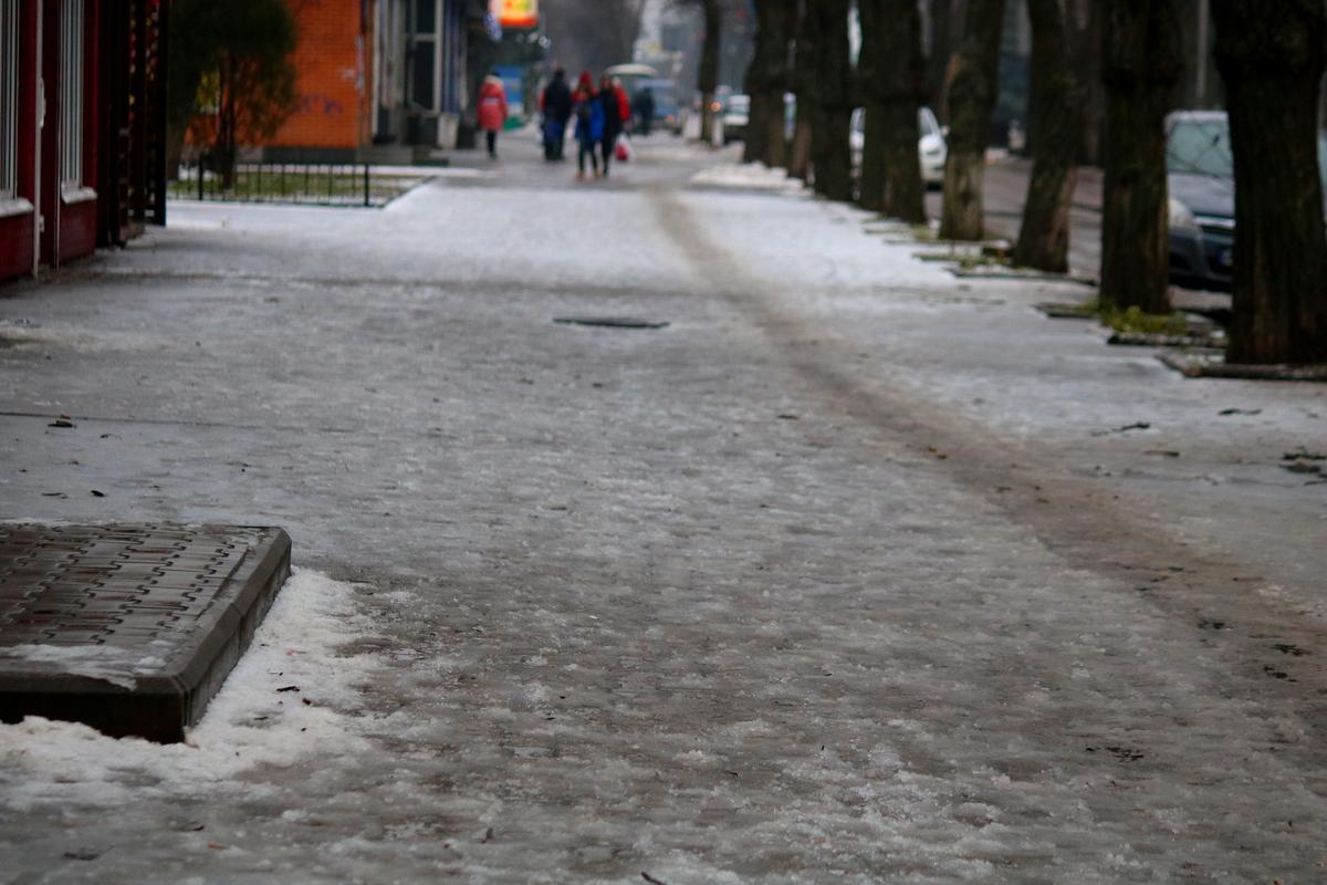 Здесь тоже нужно посыпать тротуар