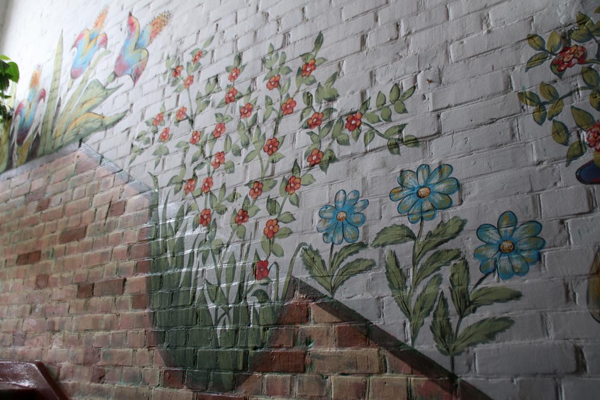 Множество цветов нарисовано на стенах