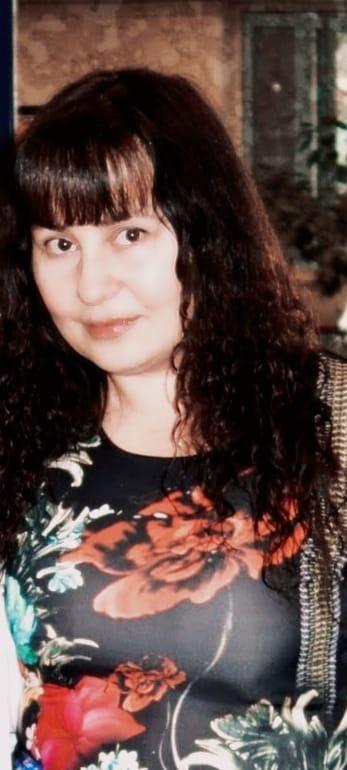 Анна Жерновых учит детей игре на фортепиано