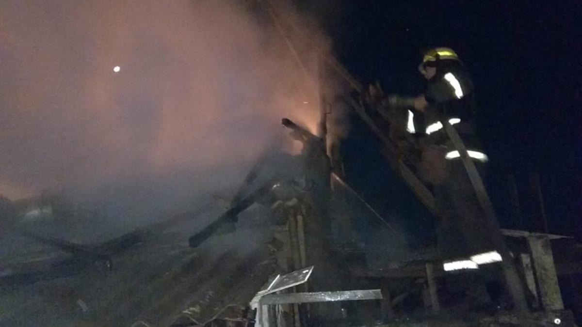 В Никополе пожар в летней кухне на улице Рыжикова тушили 9 спасателей