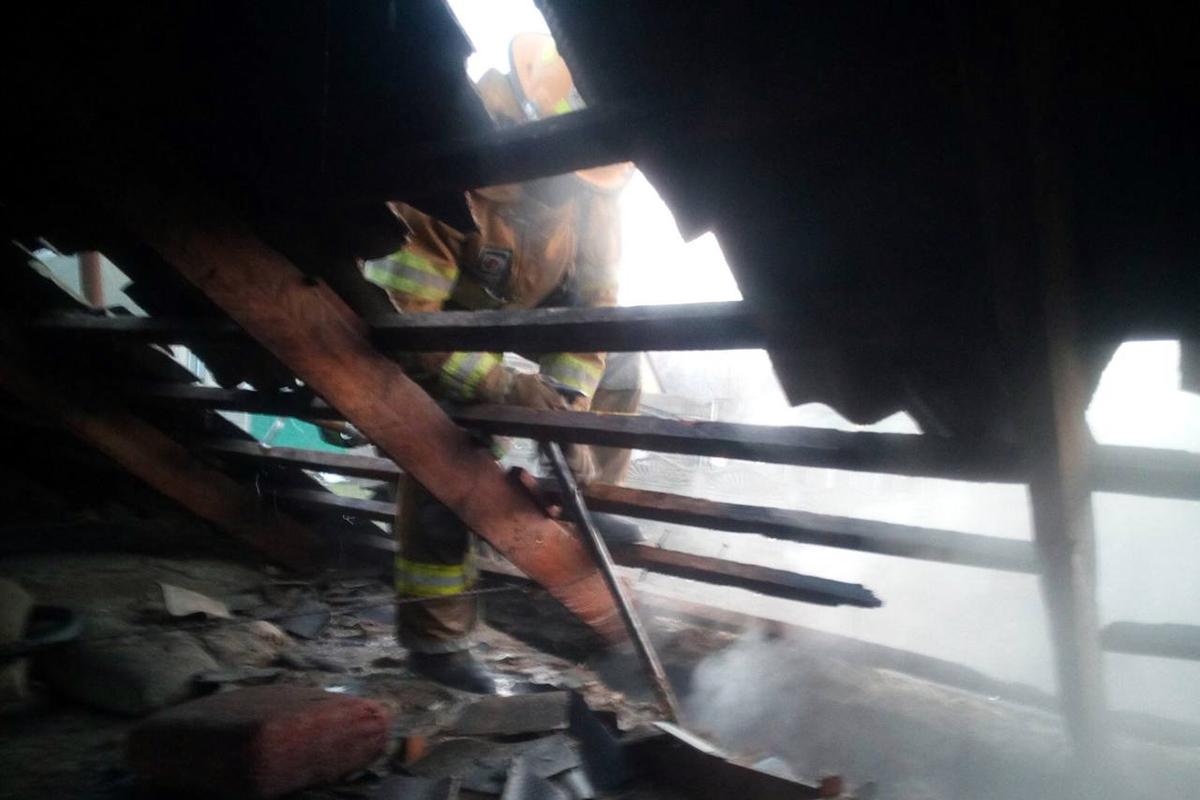 В Никополе частный дом тушили 10 спасателей