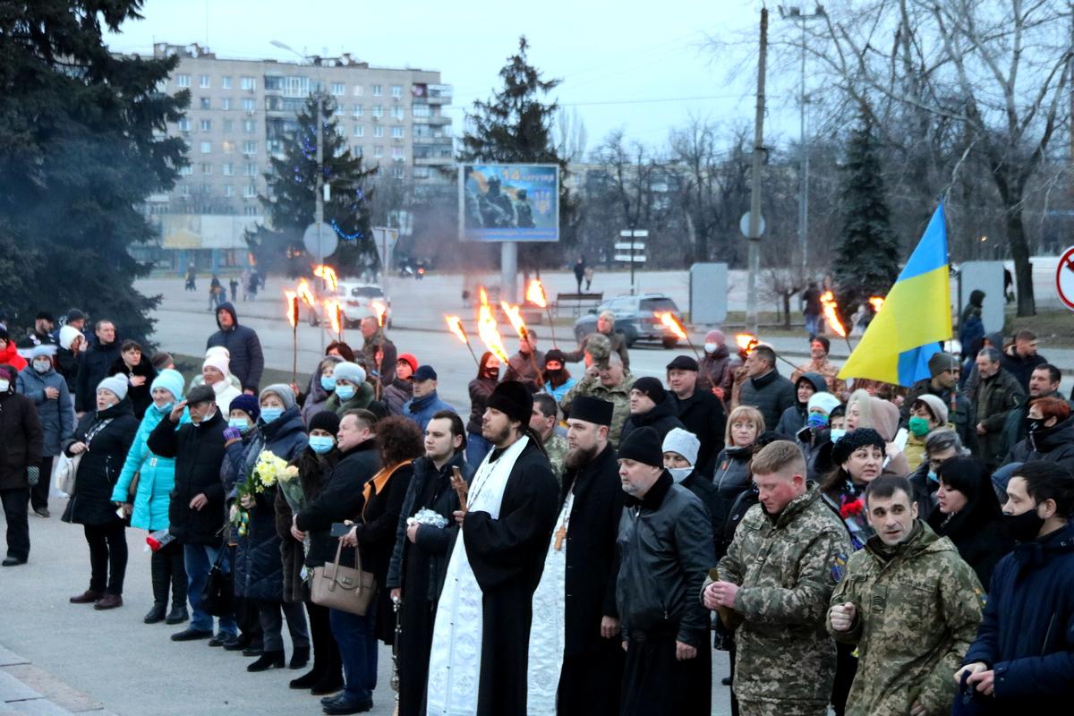 У мемориала «Защитник Украины» собралось около сотни неравнодушных людей