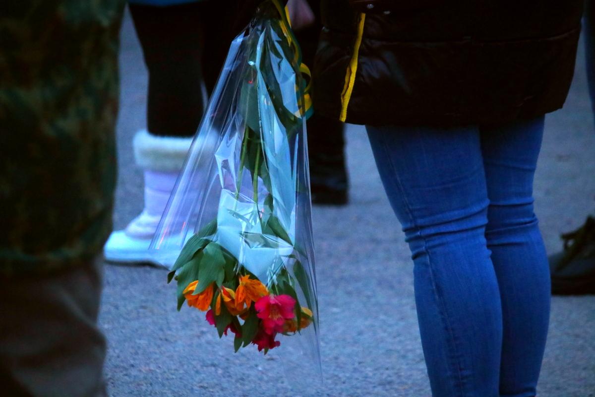 Неравнодушные люди принесли цветы