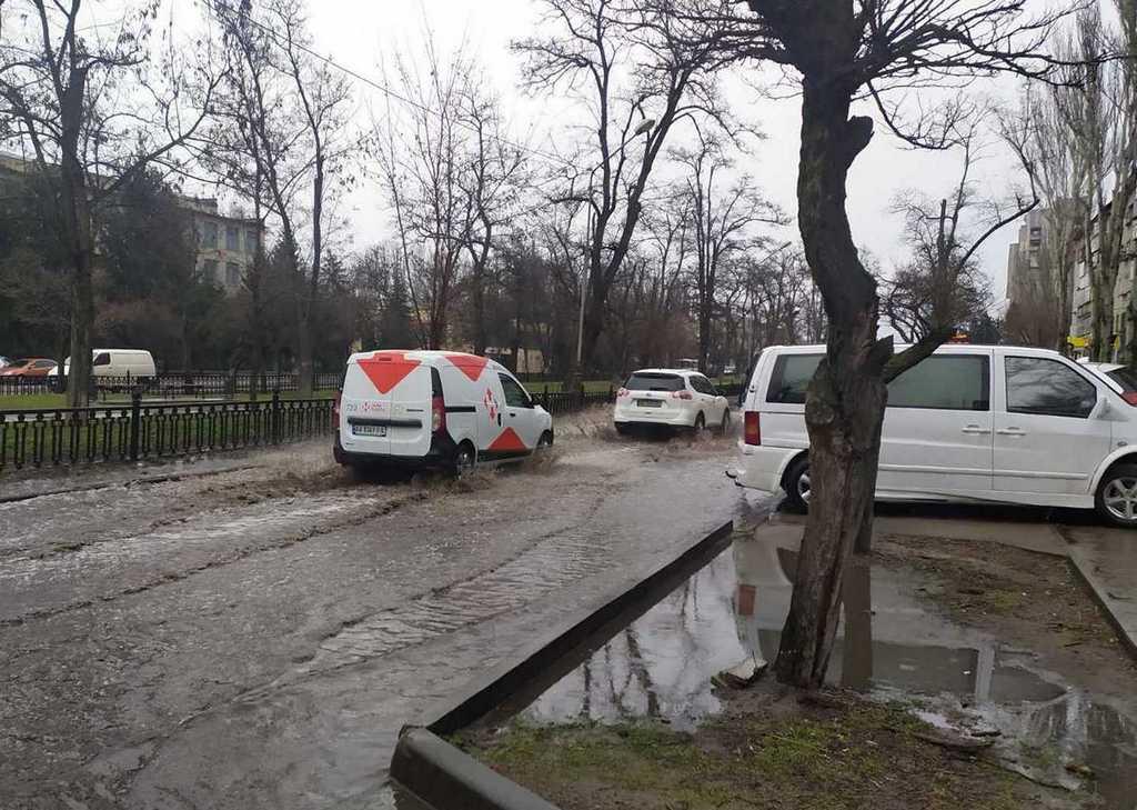 Осадкам некуда деваться с дороги на проспекте Трубников