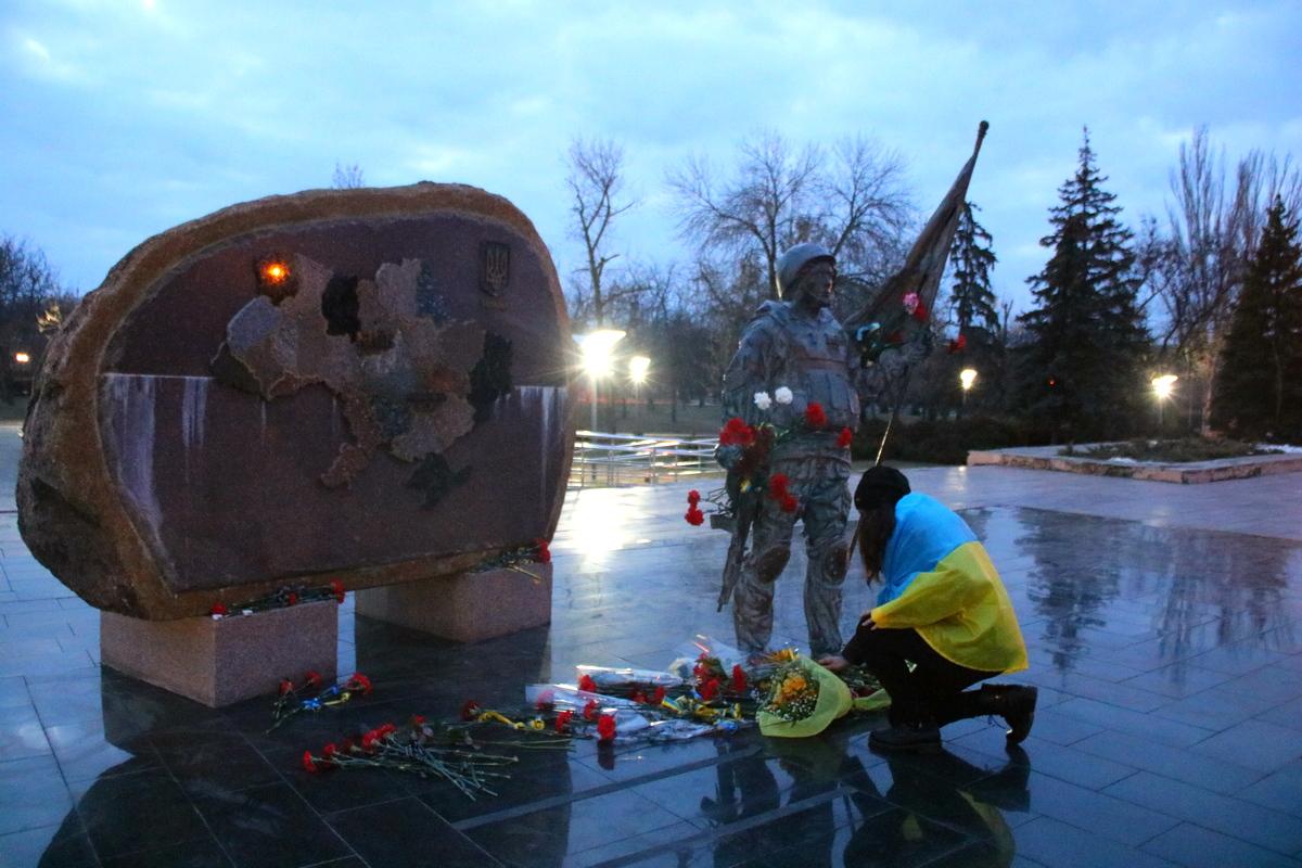 Несут цветы к мемориалу «Защитник Украины»