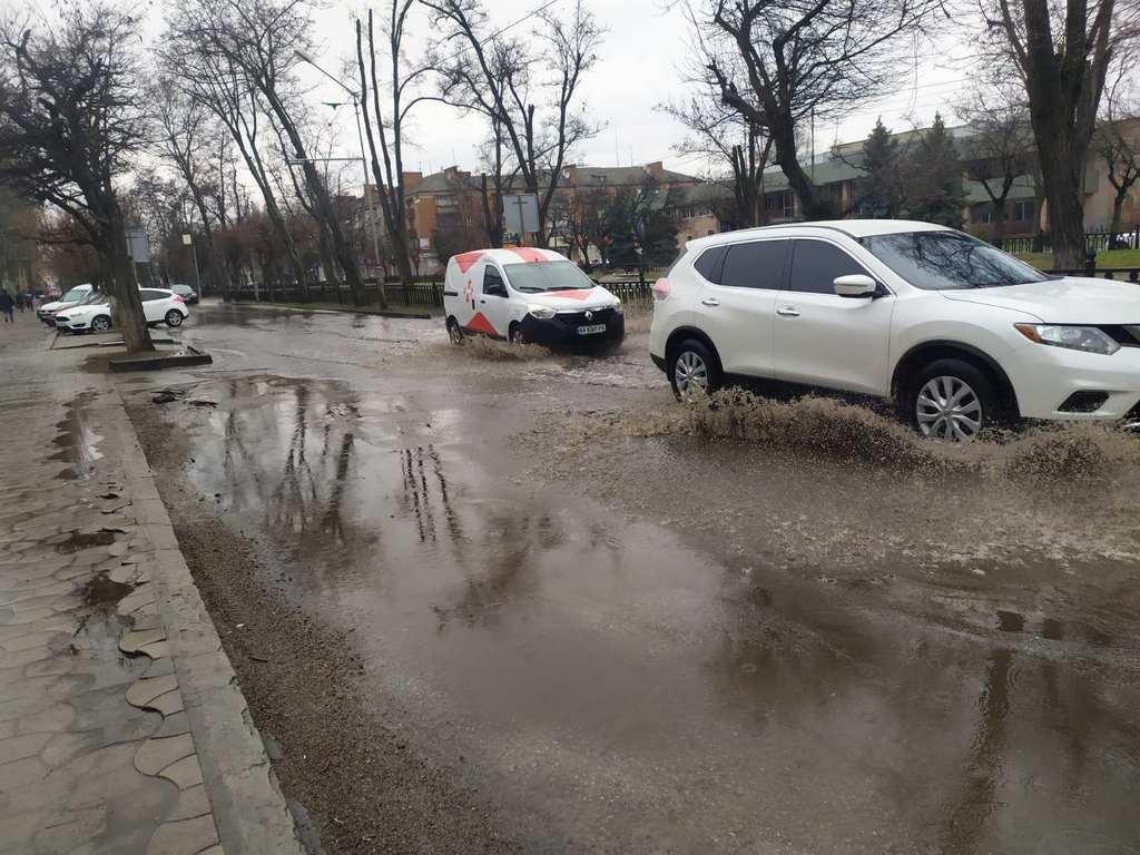 """Сильное подтопление возле остановки магазин """"Свит"""""""