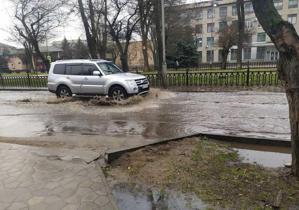 В Никополе дождь затопил часть дороги на проспекте Трубников
