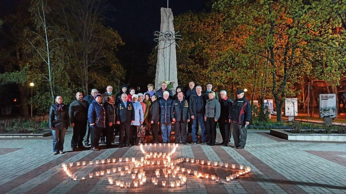 Возле памятного знака жертвам Чернобыльской трагедии собрались жители города