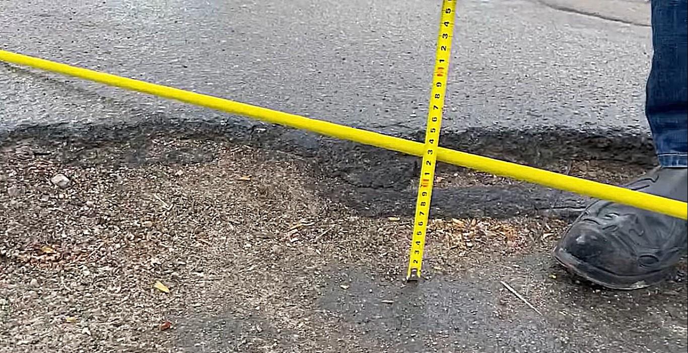 Глубина ям на улице Лермонтова доходит до 14 сантиметров