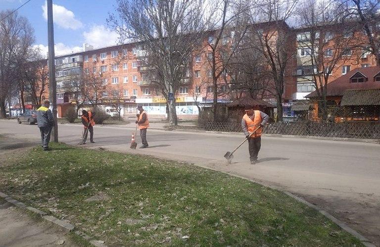 В Никополе проезжую часть по улице Некрасова чистили вручную