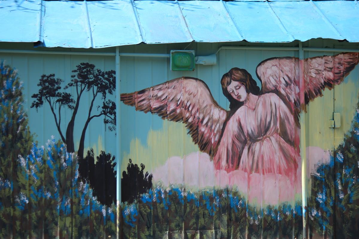 На мурале изображен храм, крест, ангелы, казаки и святой архангел Михаил