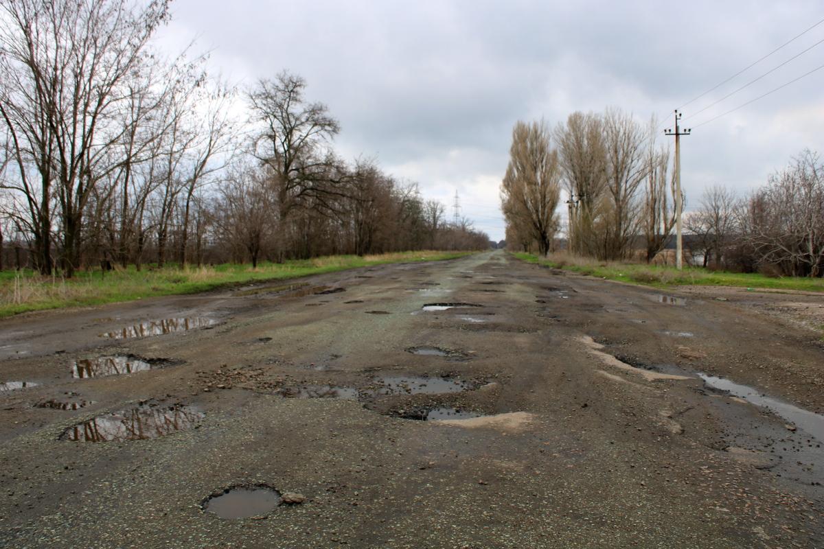 Огромные ямы и выбоины создают аварийные ситуации