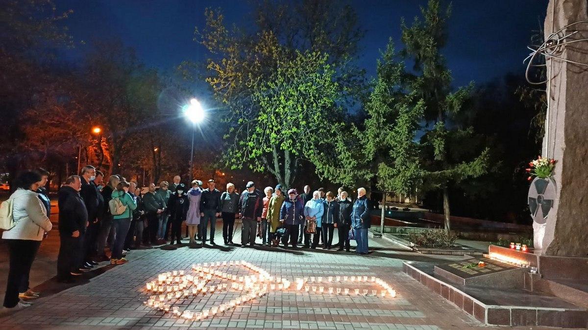 25 апреля к памятному знаку пришло много горожан