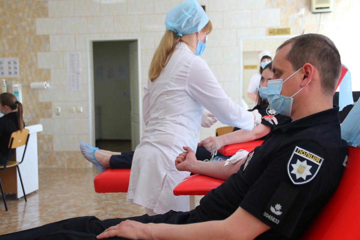 В Никополе чтобы спасти чью-то жизнь сдали кровь 30 полицейских, фото-10