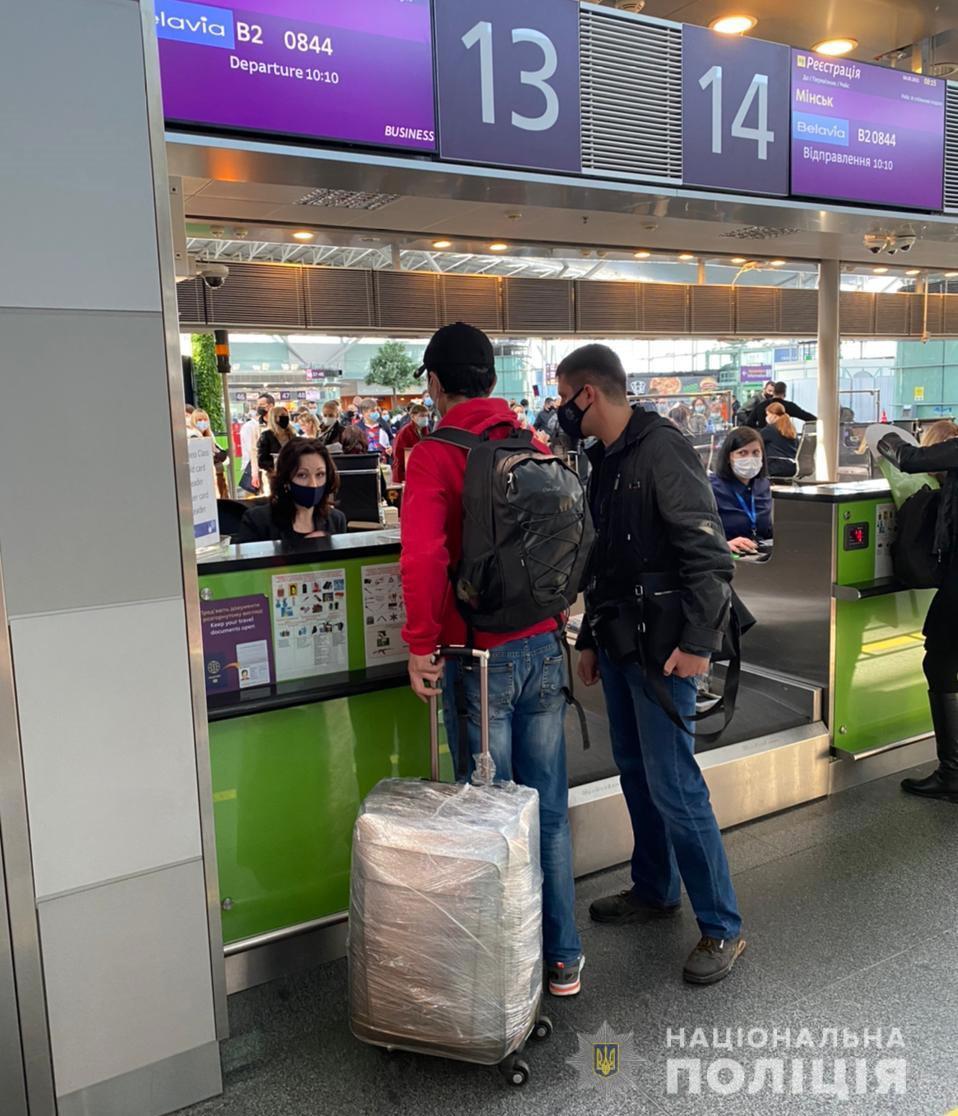 Из Никополя в Узбекистан депортировали 41-летнего мигранта