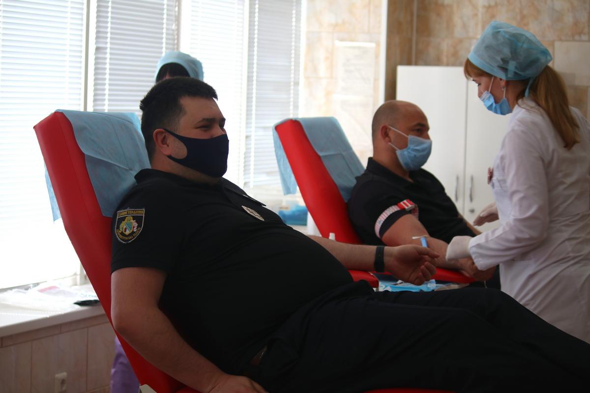 В Никополе чтобы спасти чью-то жизнь сдали кровь 30 полицейских, фото-14