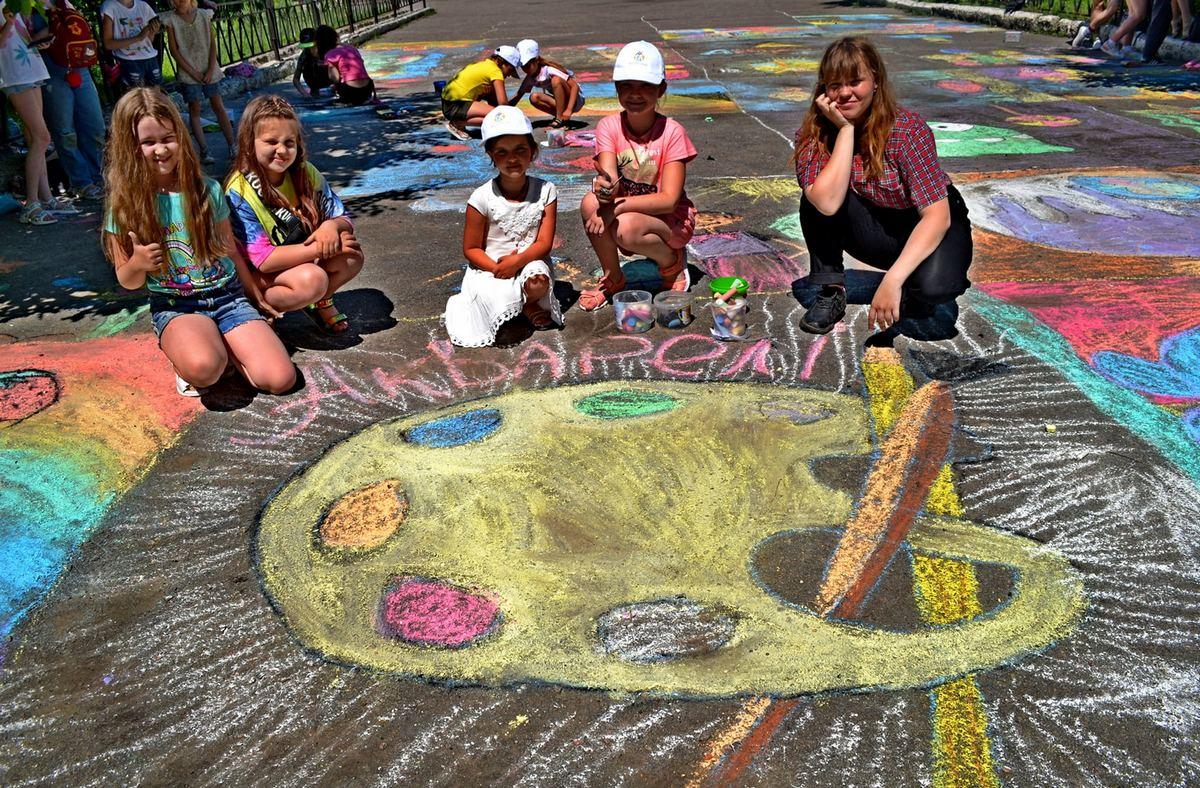 В Никополе на школьном дворе появились огромные рисунки на асфальте
