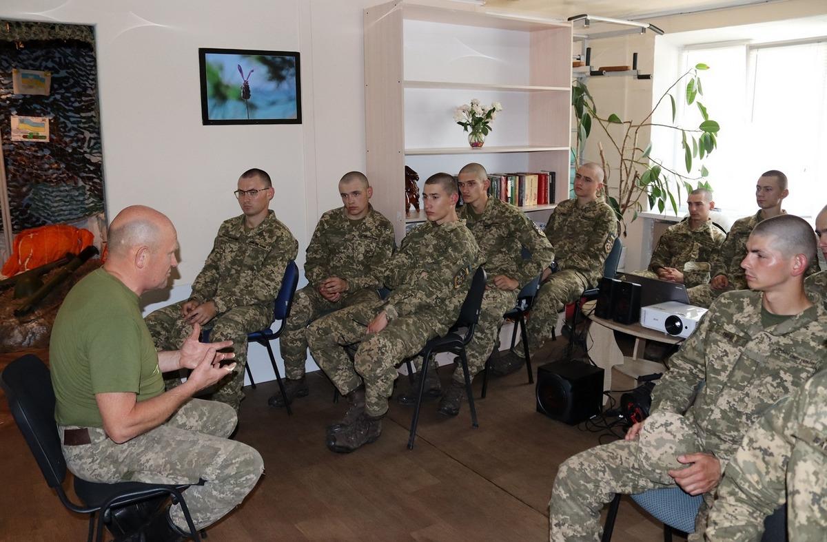 В Музее АТО побывали молодые солдаты срочной службы