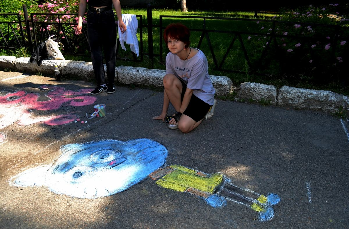 Дети разрисовали школьный двор