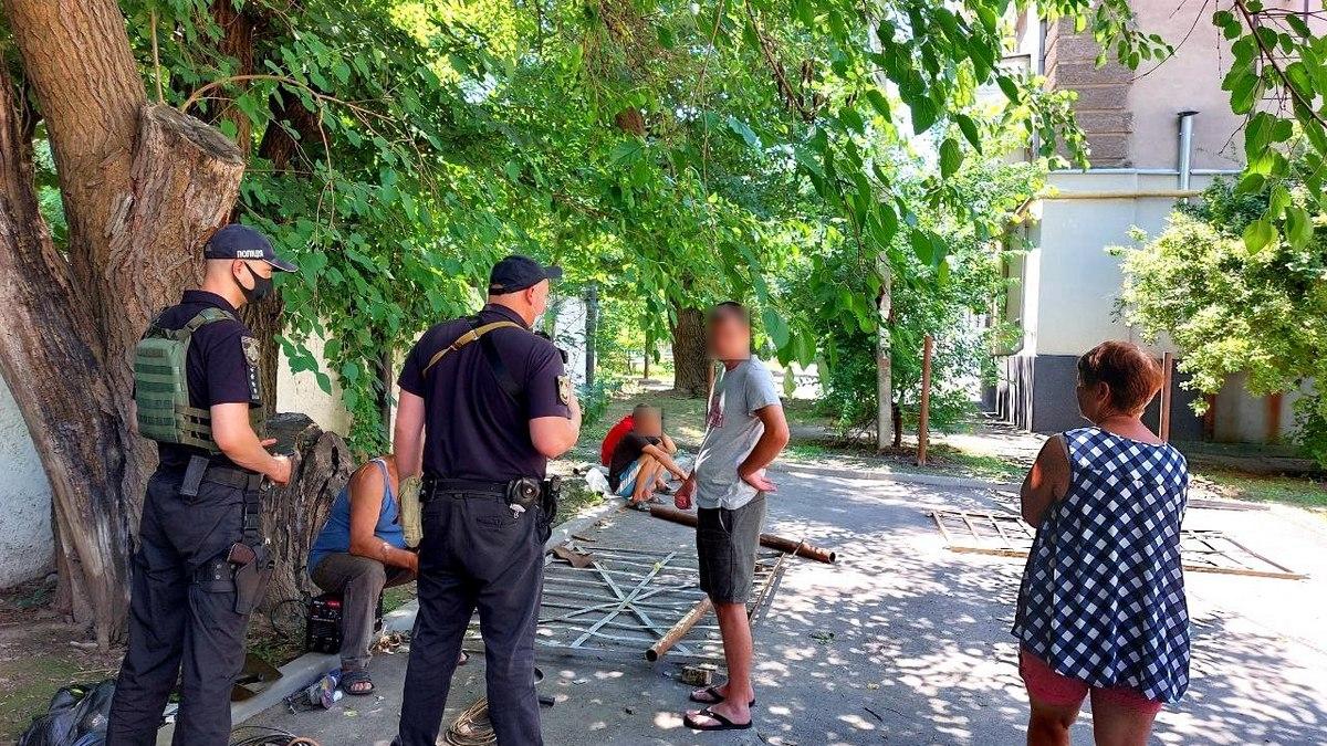 Незаконно устанавливают ограждение в Никополе на улице Героев Чернобыля , фото-1