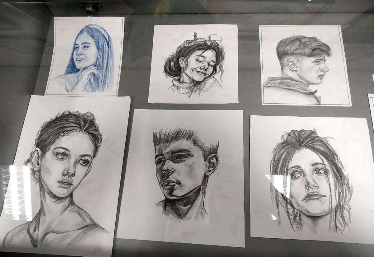 Портреты выполнены карандашом