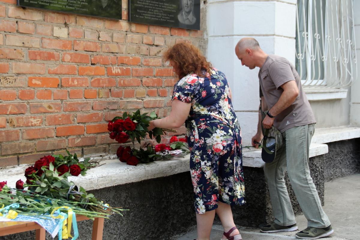 К мемориальной доске возложили цветы