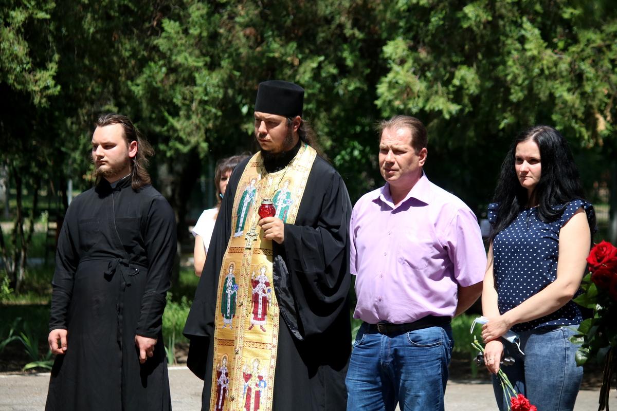 На открытии присутствовали родители погибшего, преподаватели и представители духовенства