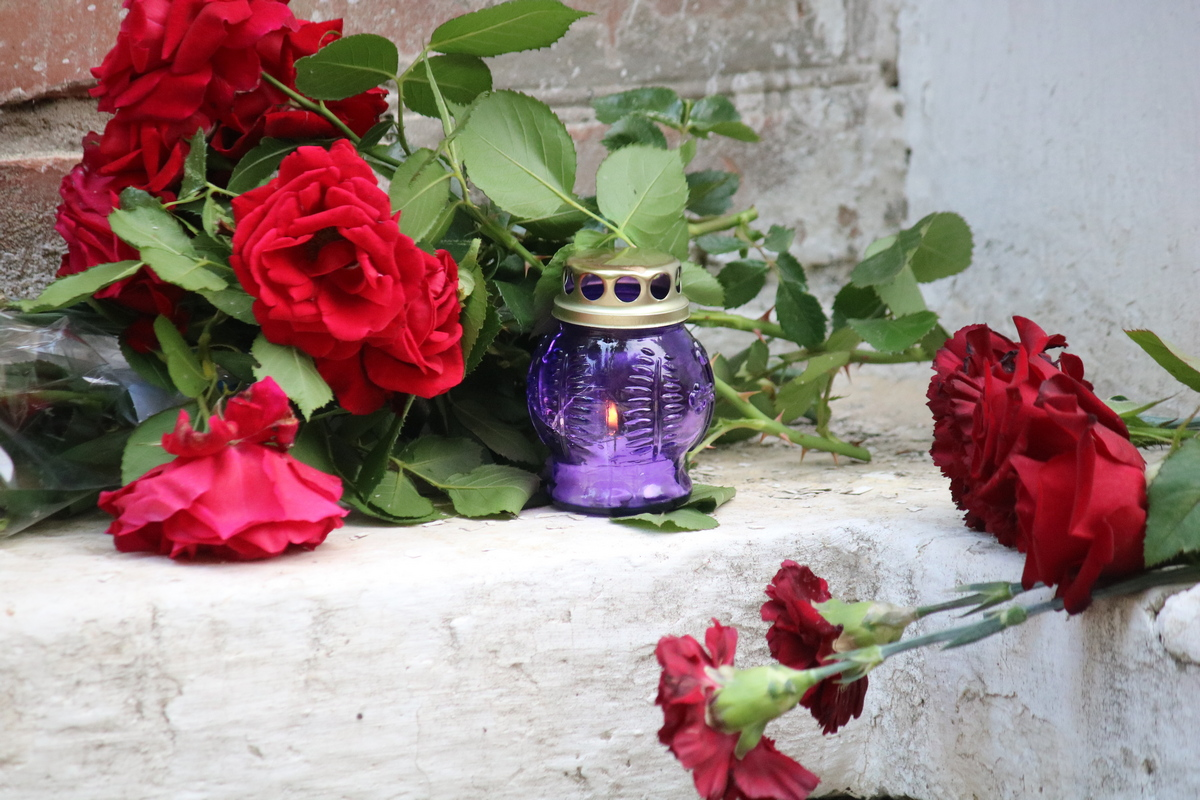 Лампадку установили рядом с цветами