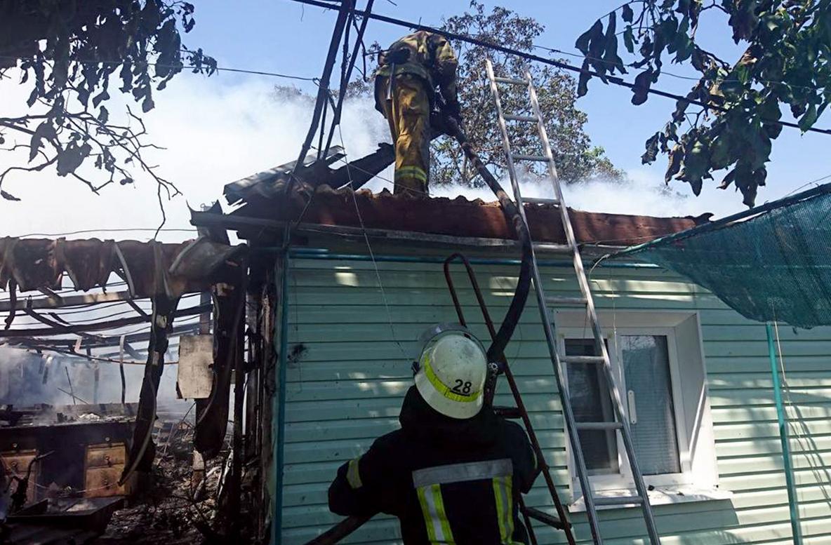 Пожар в хозпостройке уничтожил крышу жилого дома и гаража