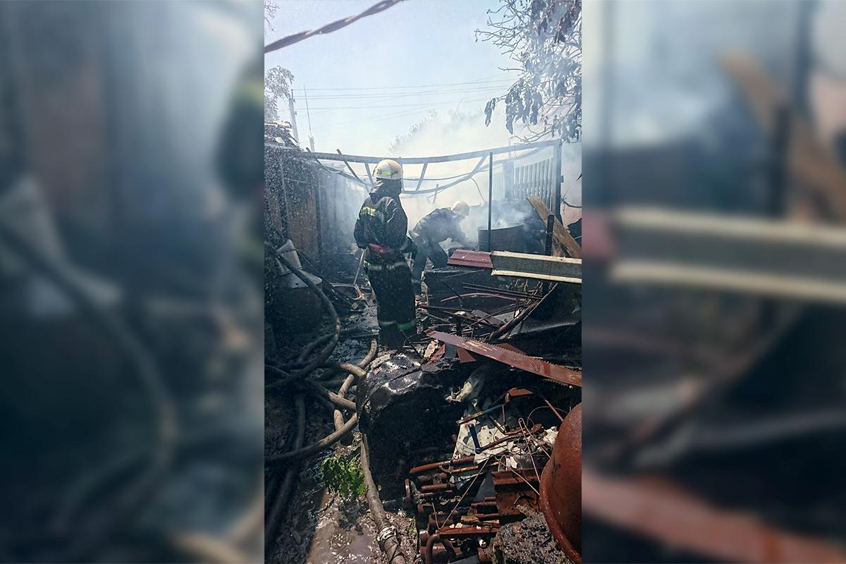 С огнем боролись 7 спасателей