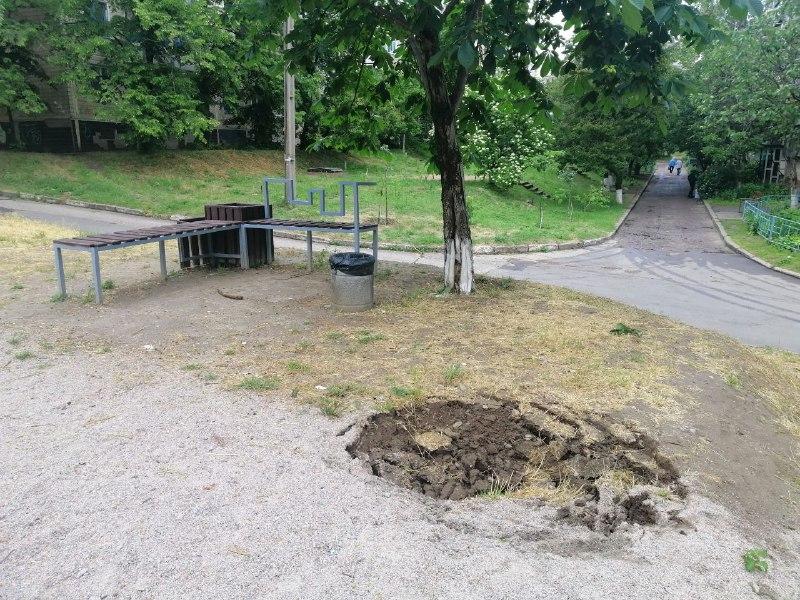В Никополе на улице Шевченко под землю уходит спортивная площадка