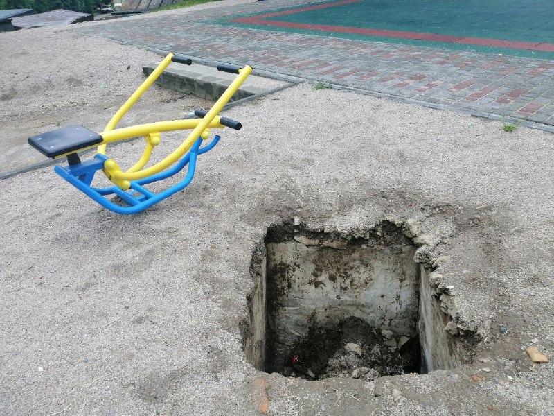 На площадке образовались две ямы