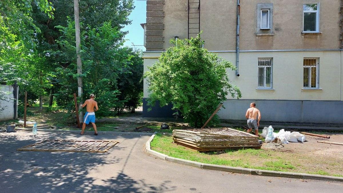 Незаконно устанавливают ограждение в Никополе на улице Героев Чернобыля , фото-4