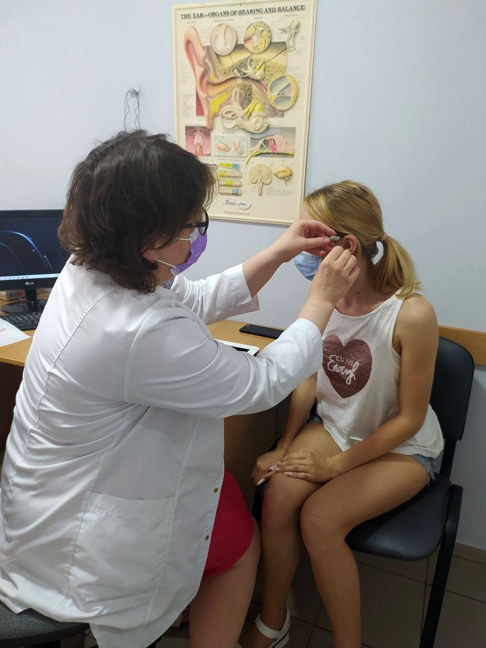 Девочке установили слуховые аппараты