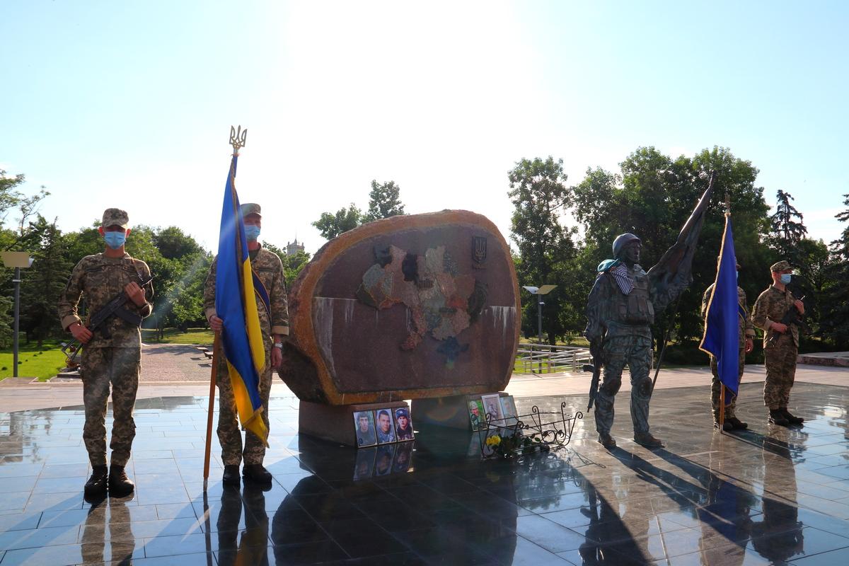 У мемориала «Защитник Украины» провели митинг