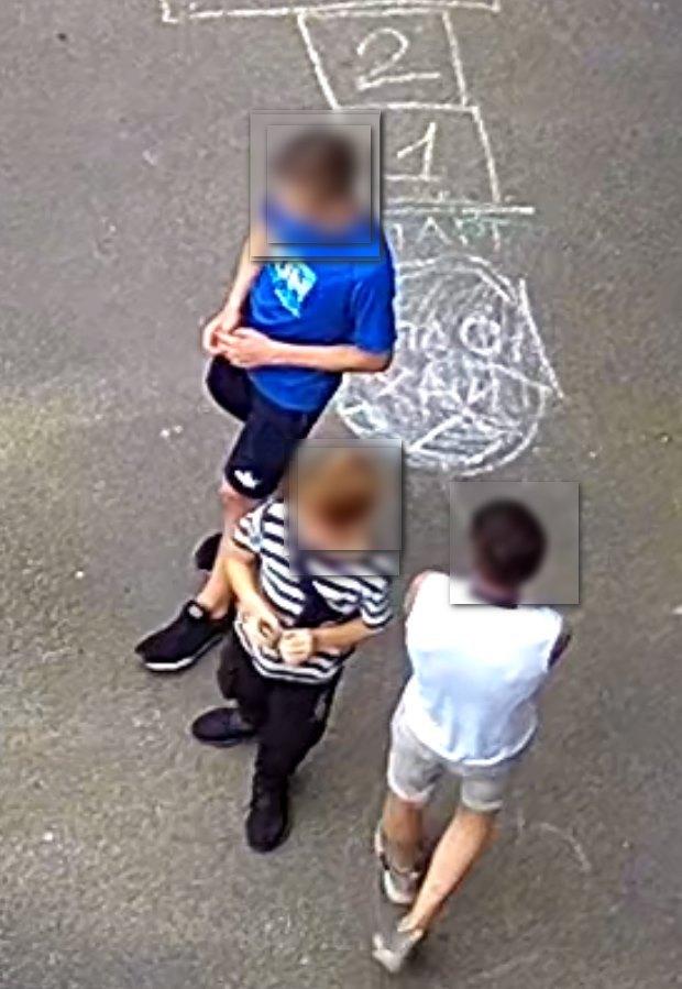 Трое подростков воруют колпачки с автомобилей