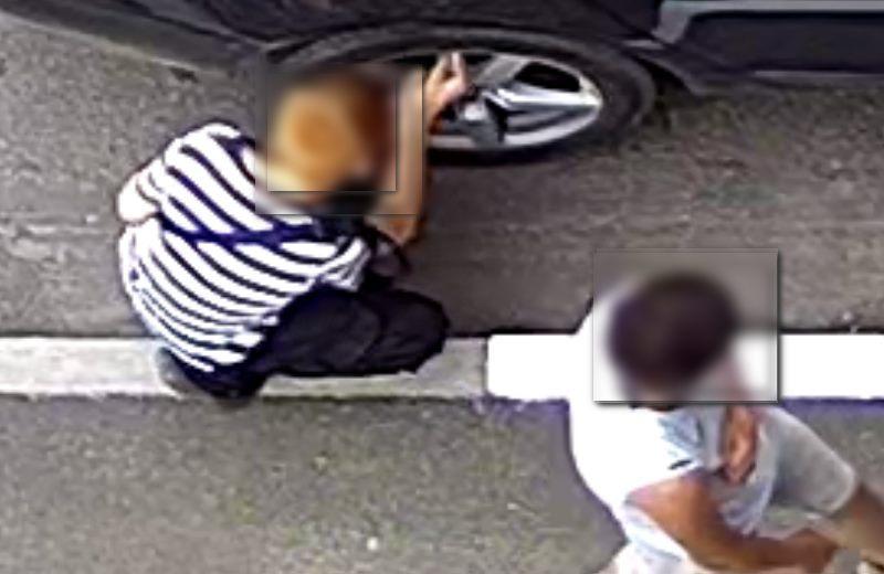 Подростки снимают с машин колпачки и покрышки
