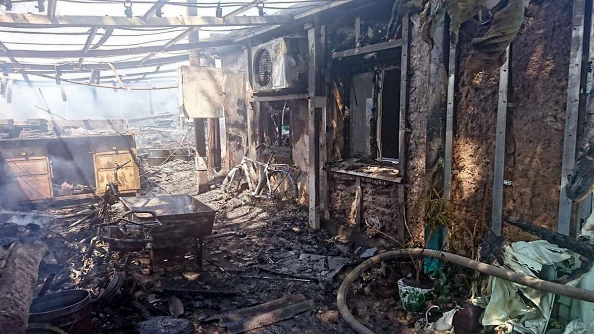 В селе под Никополем крышу жилого дома уничтожил пожар в хозпостройке, фото-1