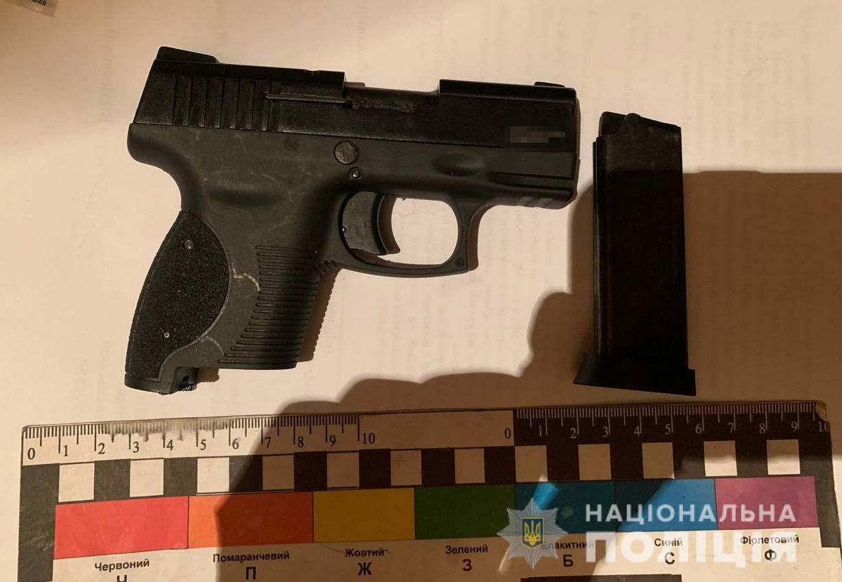 По месту жительства фигурантов правоохранители обнаружили два пистолета